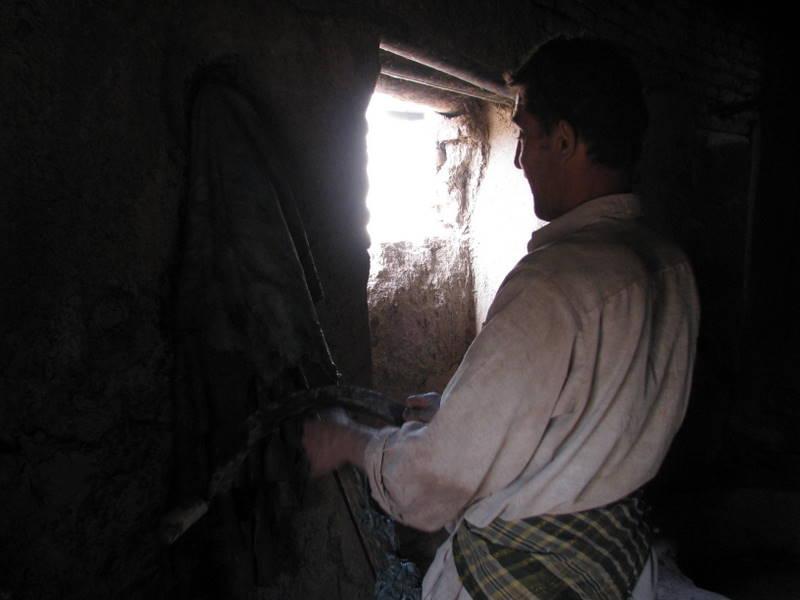 Bei der natürlichen Gerbung in Afghanistan werden die Naturhäute mehrmals abgeschabt, um sie von Fleischresten zu befreien.