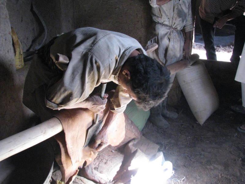 Zwischen den Laugen wird das natürlich gegerbte Leder immer wieder per Hand bearbeitet, natürliche Ledergerbung ist in Afghanistan harte Handarbeit.