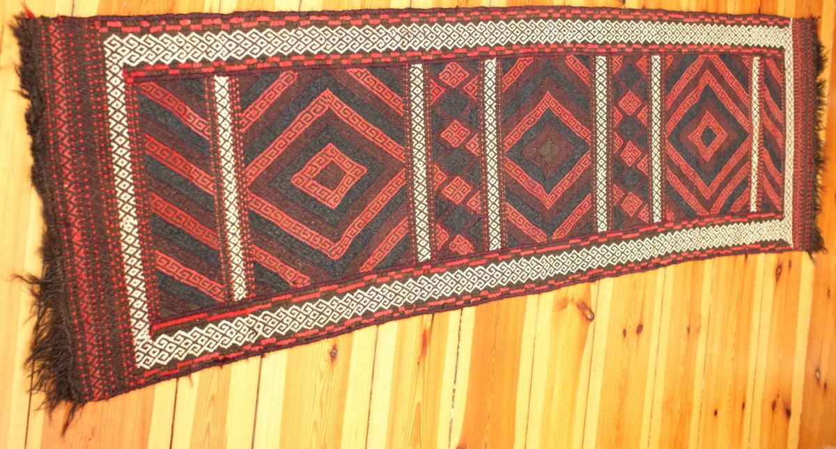 dieser l ufer aus herat ist ein belutsch teppich der eine orientalische atmosph re schafft. Black Bedroom Furniture Sets. Home Design Ideas