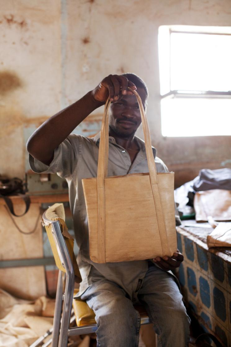 Und so sieht die Ledertasche in der Manufaktur in Ouagadougou aus, wenn sie fertig ist