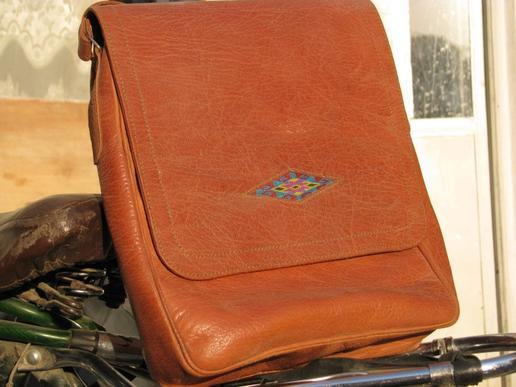 sac en cuir écologique et sa broderie