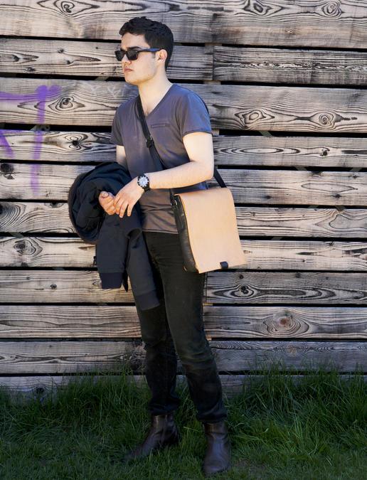 Otto petit sac en vrai cuir avec Marvin Hamham - Photo par Ulrika Walmark