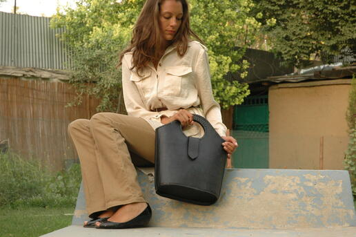 un sac en vrai cuir noir - Gundara