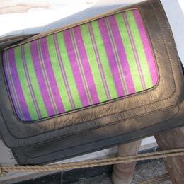 Schultertasche Gerahmter Karsai - lila-grüner Stoff und Swarzleder - Gundara