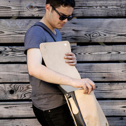 Dariha simple leather bag with Marvin Hamham - Photo Ulrika Walmark