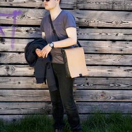 Kleine Ledertasche für Männer - Photo Ulrika Walmark mit Marvin Hamham