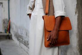 Lorenzo petit sac laptop - Gundara - photo crédit Casey Johnson