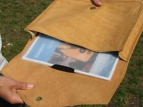 Gundara - Collegemappe aus natürlichem Leder - geöffnet - handgemacht in Afghanistan