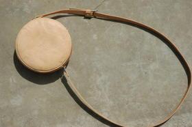 Gundara - Kolola - petit sac gourde en cuir naturel