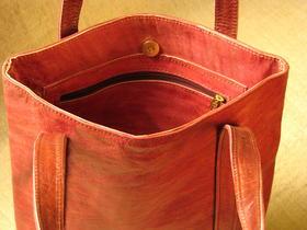 Le sac comporte une poche avec fermeture
