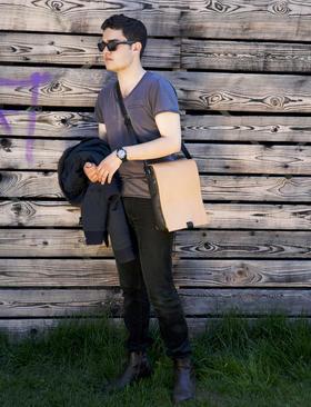 Otto small messenger bag with Marvin Hamham - Photo Ulrika Walmark