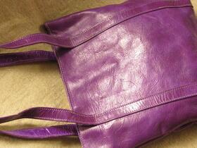 un sac sympa en cuir violet